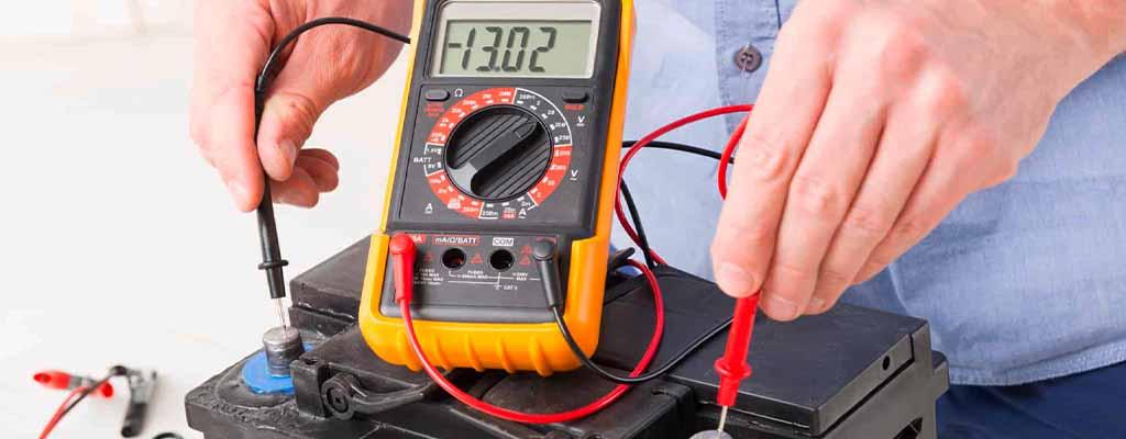 Fotografija prikazuje test akumulatorja, ko se preverja delovanje akumulatorja za avto.