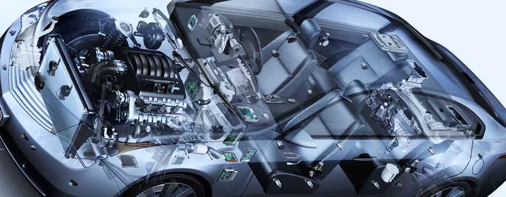 Fotografija prikazuje vso avtoelektriko v avtu, ki zajema tudi štarter, zaganjač, alternator itd.