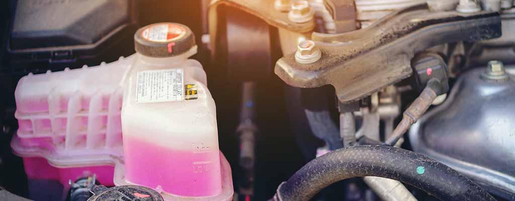Fotografija prikazuje hladilno tekočino - antifriz, ki je v zimskih razmerah ključna v vozilih.
