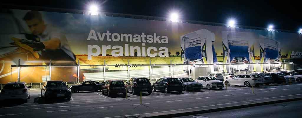 Na fotografiji je avtomatska avtopralnica Avtostop, ki je locirana poleg Bauhausa in BTC-ja v Ljubljani.