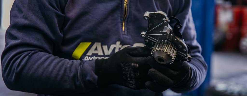 Fotografija prikazuje avtomehanika iz Avtocentra Avtostop, kjer opravljajo redni, veliki, hitri servis avta po ugodni ceni.