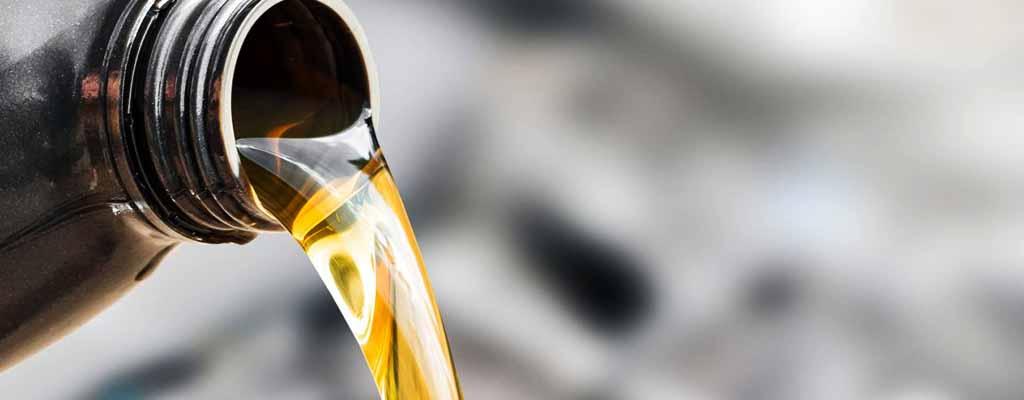 Fotografija prikazuje motorno olje, ki ga menjamo v Avtocentru Avtostop v Ljubljani.