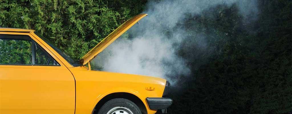 Fotografija prikazuje okvaro avta, ko se pokvari katalizator ali zakuha motor avta.
