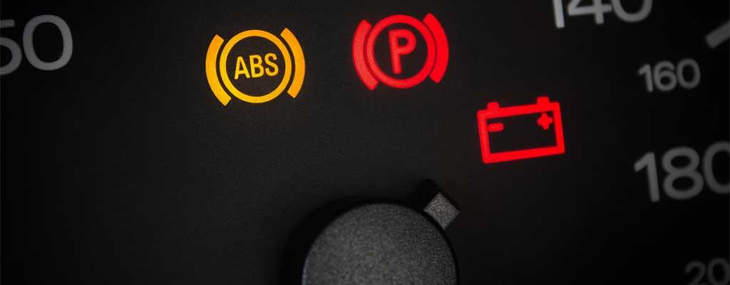 Na fotografiji so opozorilne luči na armaturni plošči, ki opozorijo na okvaro avta oz. nujen servis avta.
