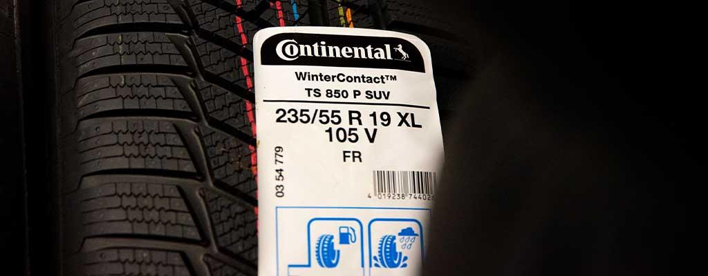 Na fotografiji je oznaka na gumah, ki pove leto izdelave (dot), m+s, xl.