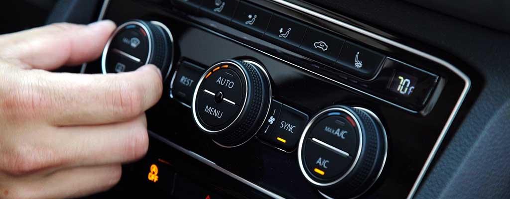 Fotografija prikazuje avto klimo, ki v poletni vročini največkrat potrebuje polnjenje, servis ali dezinfekcijo avtoklime.