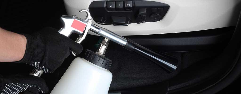 Fotografija prikazuje ročno čiščenje avta in globinsko čiščenje avto sedežev.