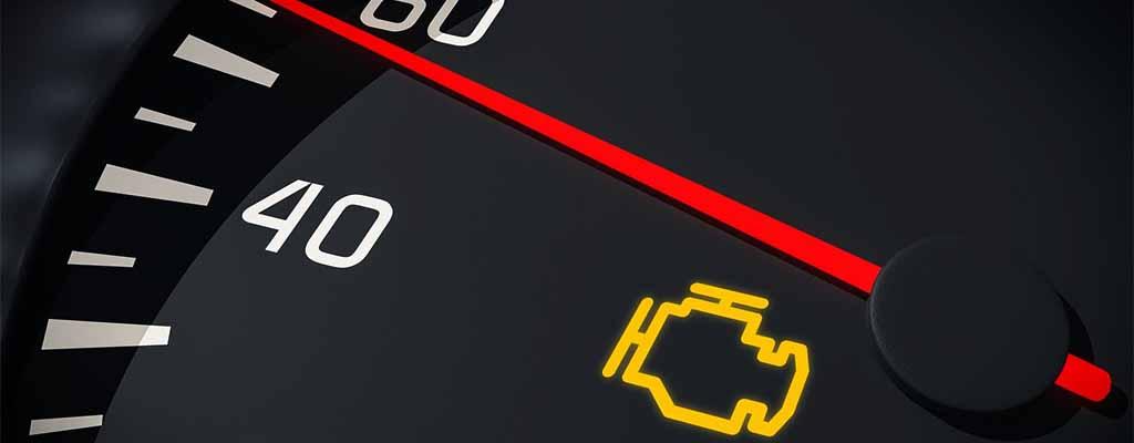 Fotografija prikazuje rumeno lučko za motor, ki se prižge, ko je nujna menjava olja.