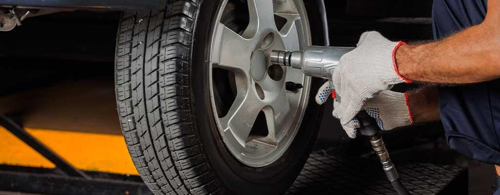 Na fotografiji je vulkanizer, ki opravlja menjavo gum.