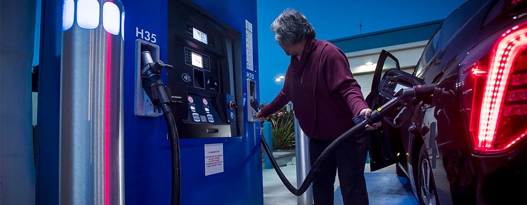 Fotografija prikazuje polnjenje goriva na bencinski črpalki.