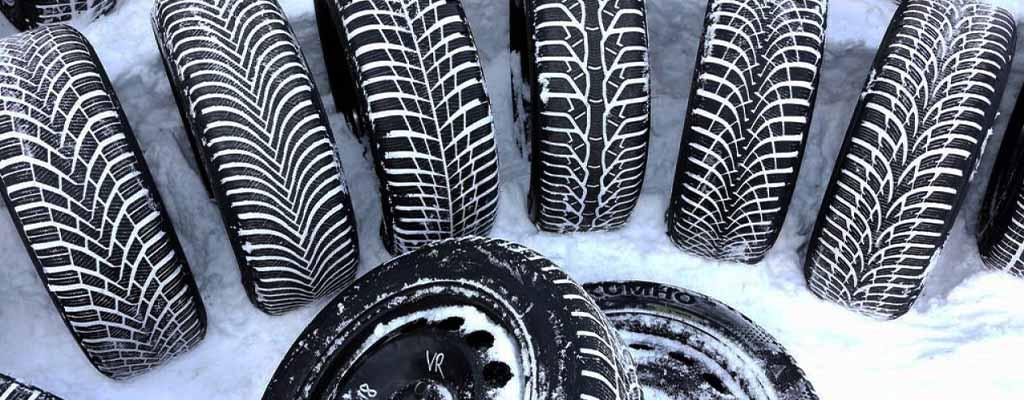 Na fotografiji so zimske pnevmatike, ki čakajo na menjavo gum v Avtocentru Avtostop v Ljubljani.