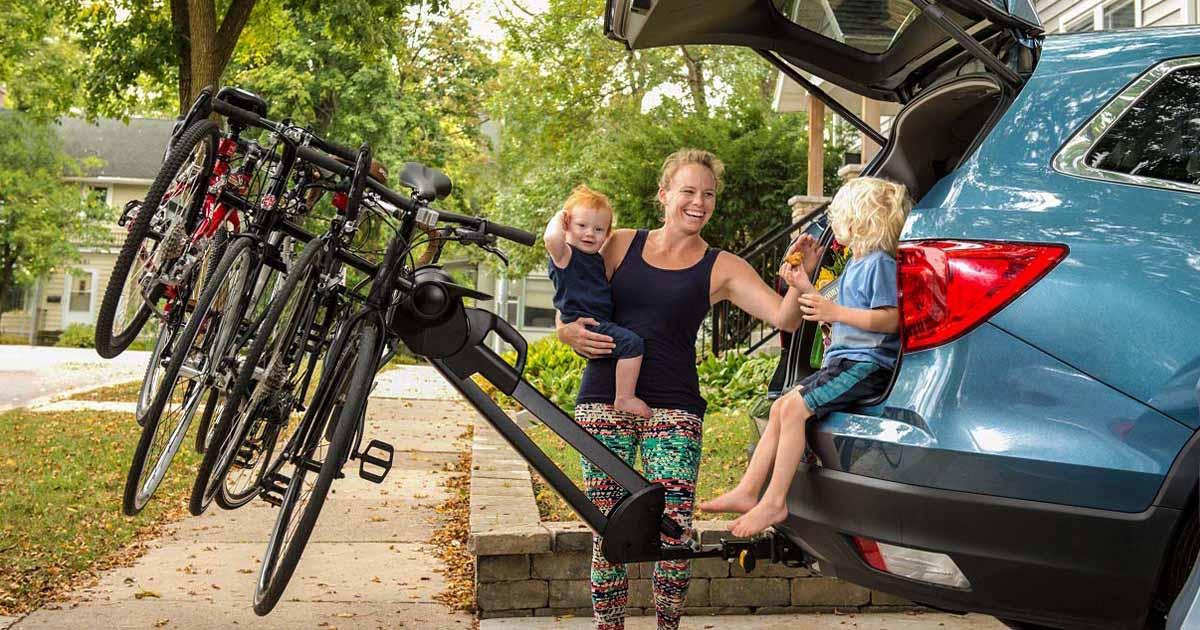 Fotografija prikazuje vlečno kljuko, na katero je družina pripela nosilec za kolesa.