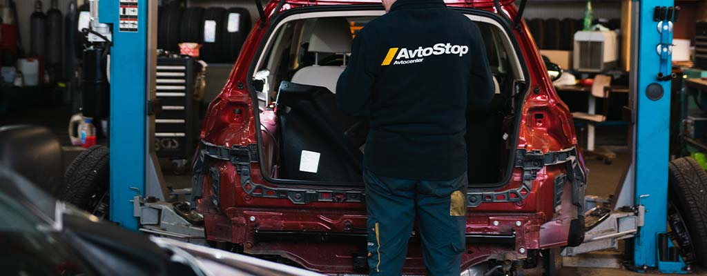 Fotografija prikazuje montažo vlečne kljuke, ki jo strokovno in ugodno opravljajo v Avtocentru Avtostop.