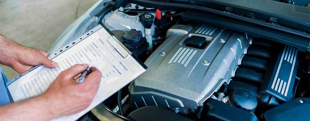 Fotografija prikazuje spomladansko pripravo avta na toplejše dni, kjer se preveri delovanje motorja.