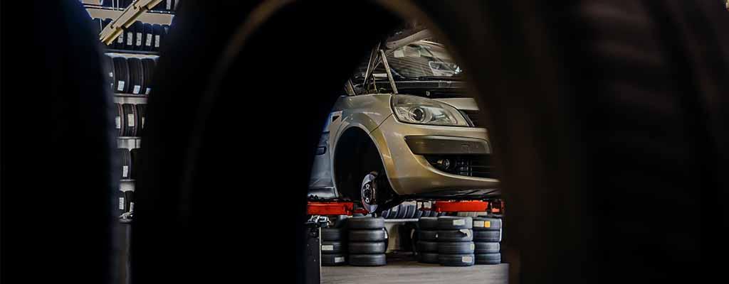Na fotografiji je menjava gum, ki jo opravljamo v Avtostopu v Ljubljani.
