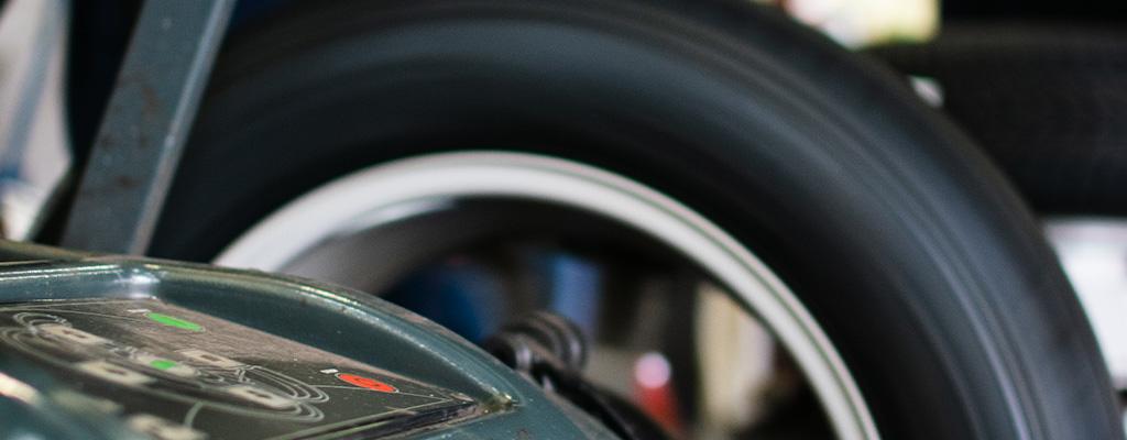 Na fotografiji je centriranje gum, ki ga opravljajo v Avtocentru Avtostop v Ljubljana-Šiška.