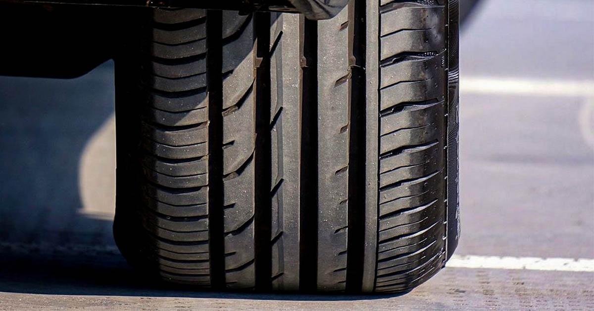 Na fotografiji je avto guma, ki je premalo napolnjena.