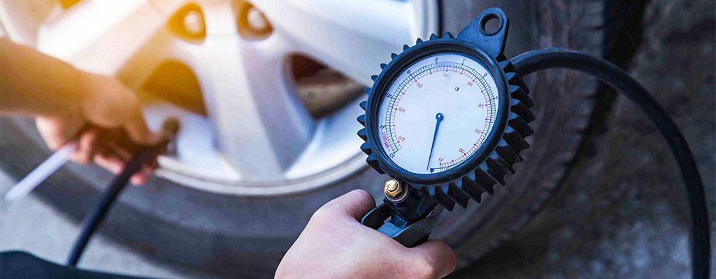 Na fotografiji je merilec tlaka, ki pokaže, ali je pnevmatika preveč ali premalo napolnjena.