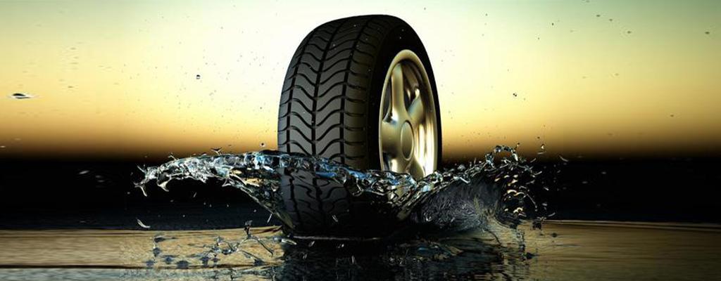 Na fotografiji je letna pnevmatika, ki vozi na mokrem vozišču.