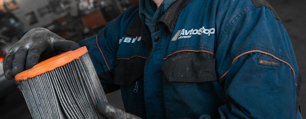 Na fotografiji je avtomehanik iz Avtocentra Avtostop v Ljubljani, ko opravlja menjavo filtra v avtu.