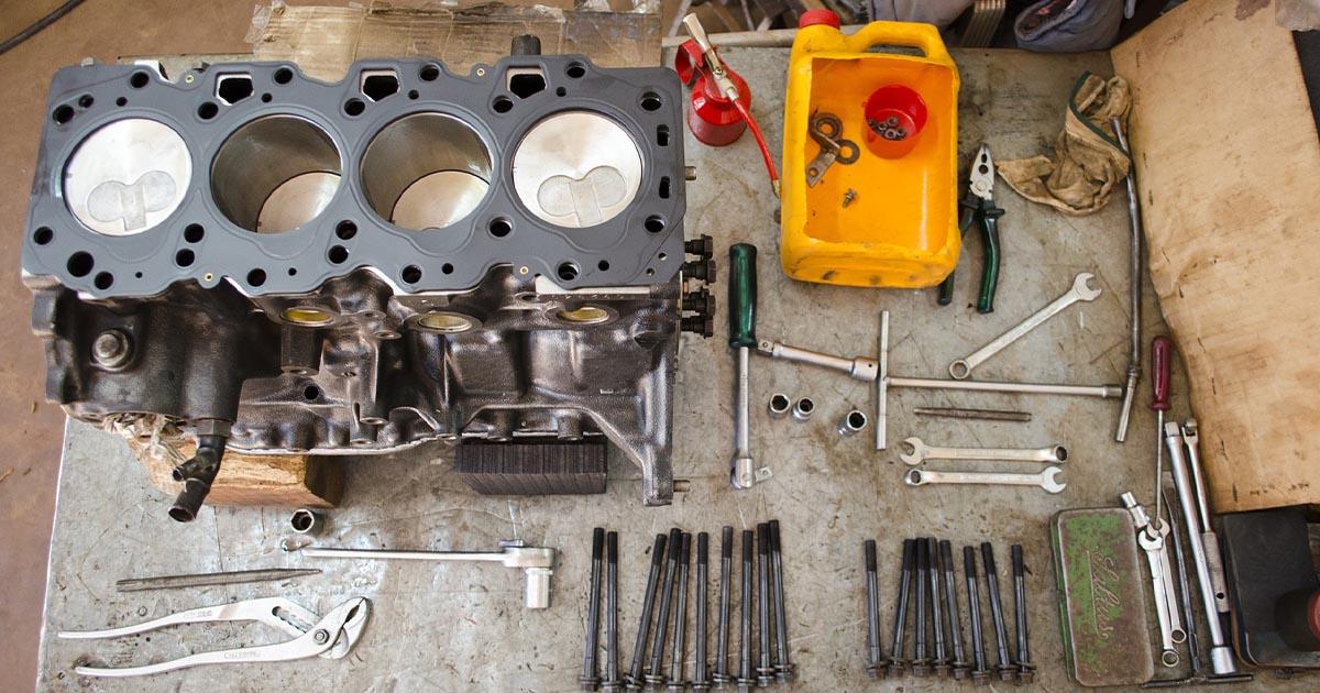 Na fotografiji so rezervni deli, ki jih mehanik potrebuje za popravilo avta.
