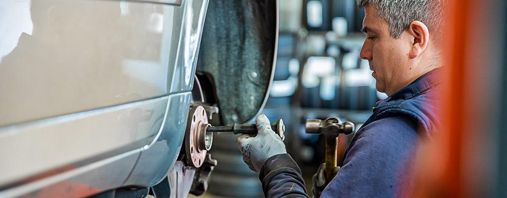 Na fotografiji je mehanik iz Avtocentra Avtostop pri opravljanju servisa avta.