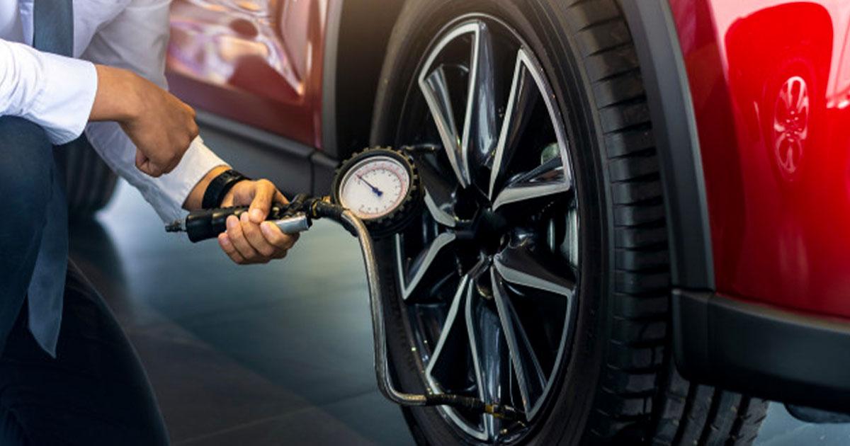 Fotografija prikazuje preverjanje zračnega tlaka v pnevmatiki.