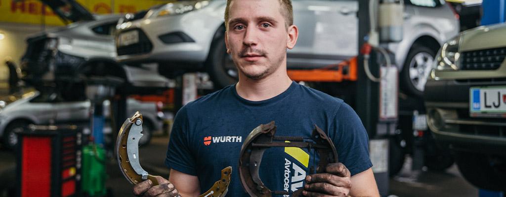 Na fotografiji je avtomehanik iz Avtostopa, pri opravljanju velikega servisa avta.