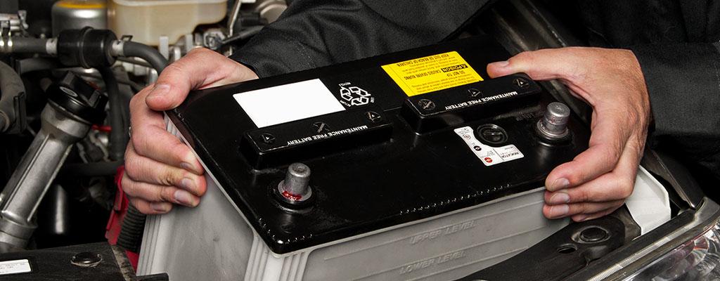 Na fotografiji je akumulator, ki ga menjajo za novega.