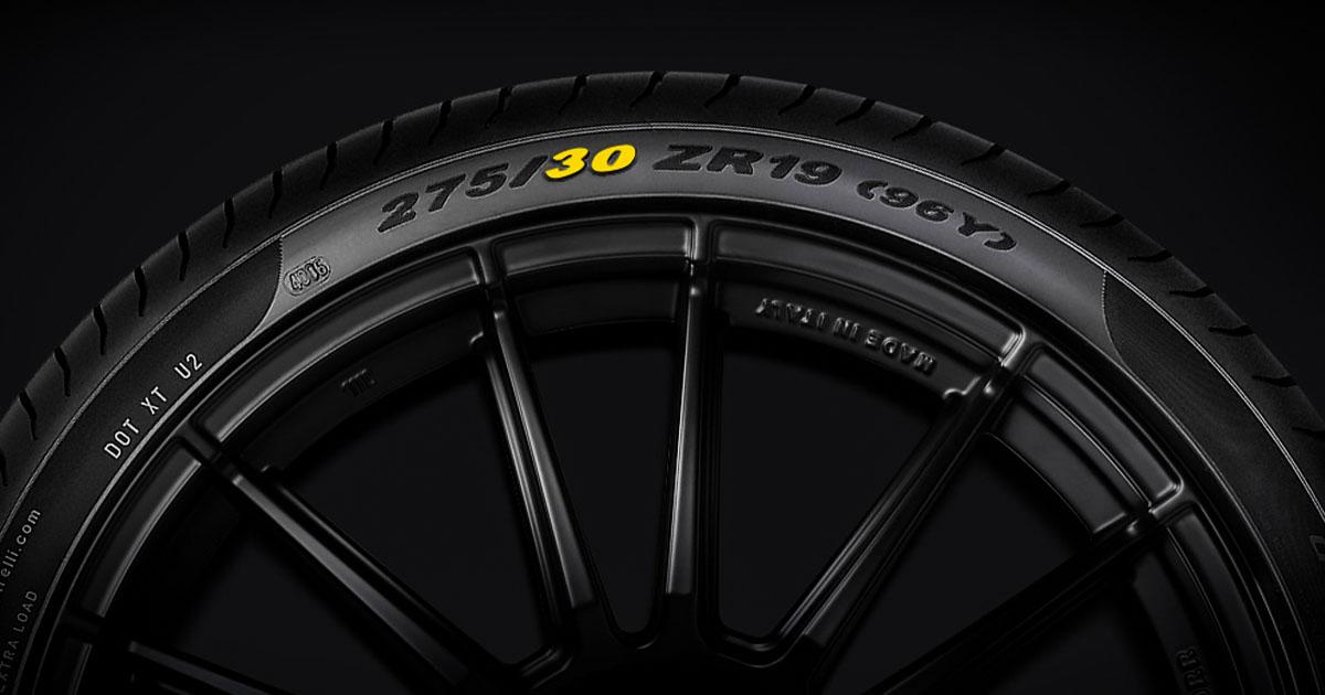 Na fotografiji je pnevmatika, na kateri so razvidne vse pomembnejše oznake.