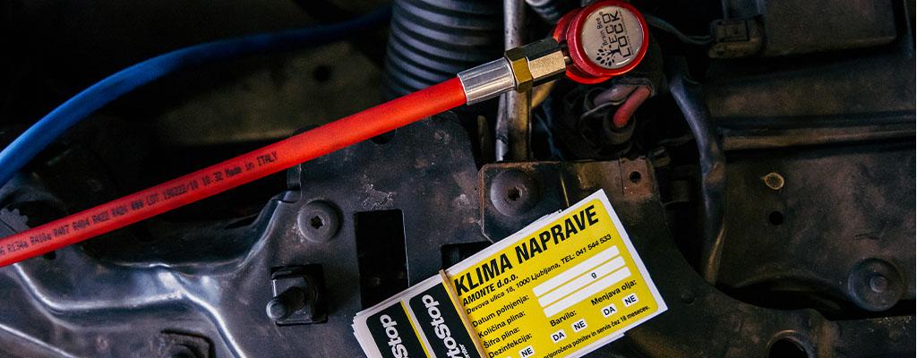 Na fotografiji je servisni listek, da je bil opravljen servis klime s polnjenjem.