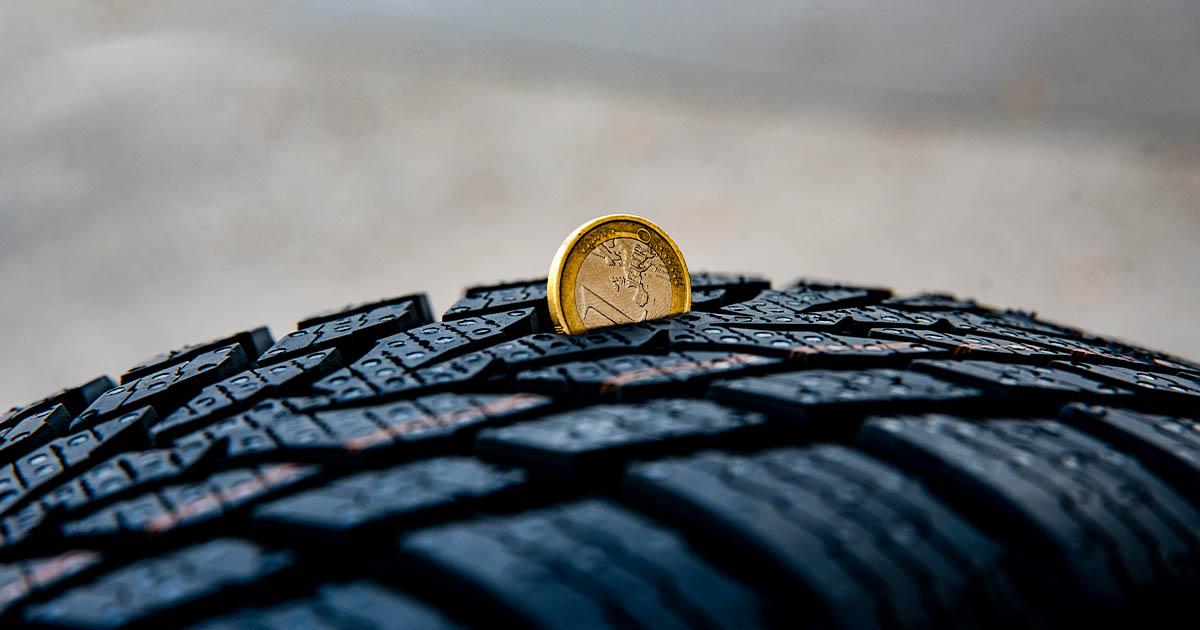 Na fotografiji je pnevmatika, kateri lahko obrabo preverite tudi s kovancem za 1 €.