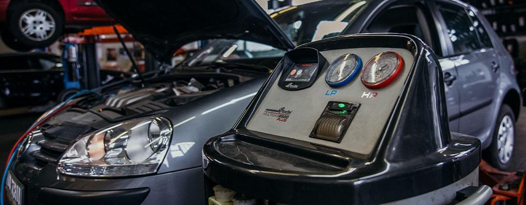 Fotografija prikazuje avtomobil med polnjenjem in servisom avtoklime, ki ga po ugodni ceni opravljajo v Avtocentru Avtostop v Ljubljani.