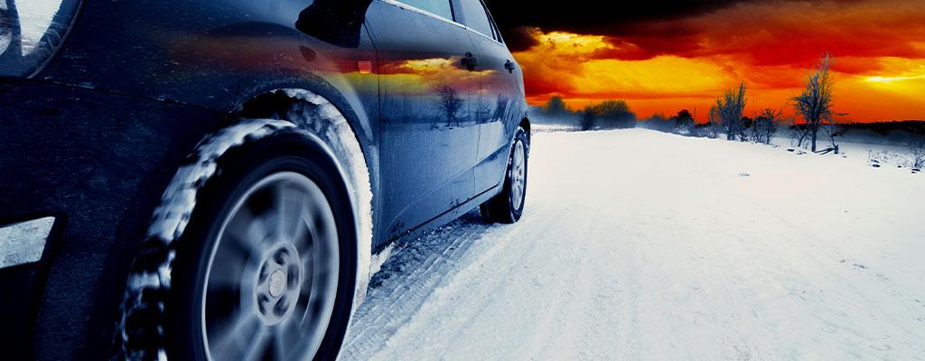 Na fotografiji je avto, ujet med vožnjo v snežnih razmerah.