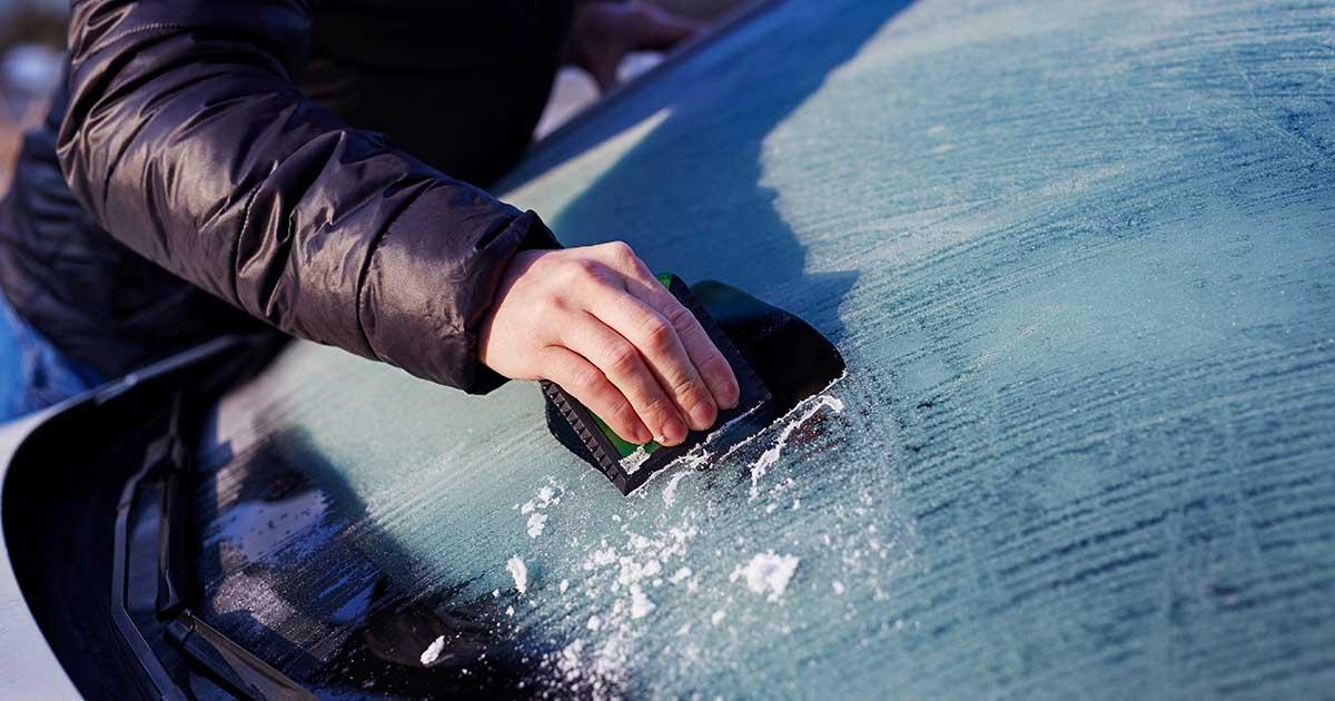 Fotografija prikazuje odstranjevanje ledu iz zamrznjenega vetrobranskega stekla.