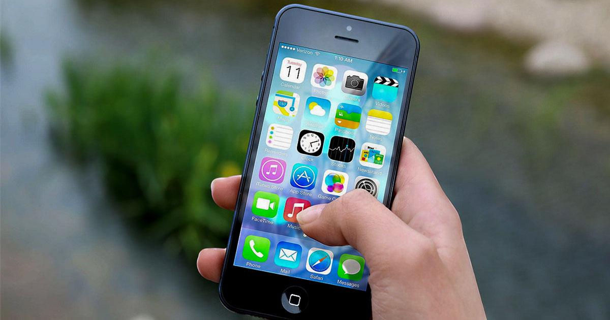 Na fotografiji je pametni telefon, ki ima možnost navigacije, s katero si lahko pomagamo na poteh.